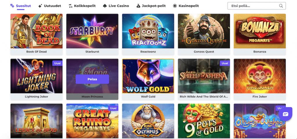 Boostcasino kasinoaula jossa kolikkopelit näkyvillä